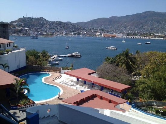 Hotel Aristos Acapulco: view over pool area across Acapulco bay