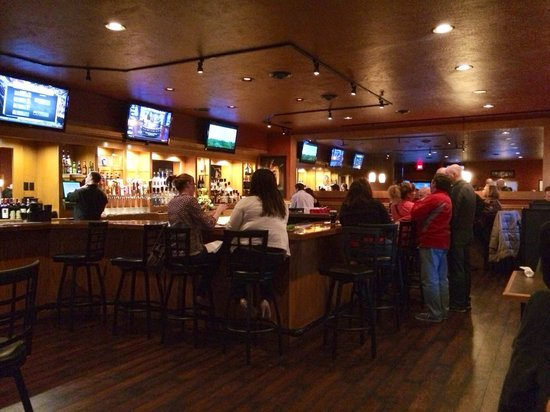 CJ's American Pub & Grill : Inviting bar