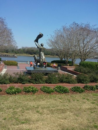 Old Savannah Tours: The Waving Girl Statue