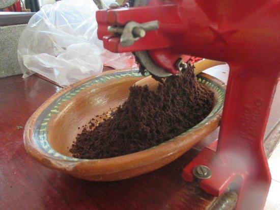 Chocolates Kaokao Factory tour : Grinding the beans
