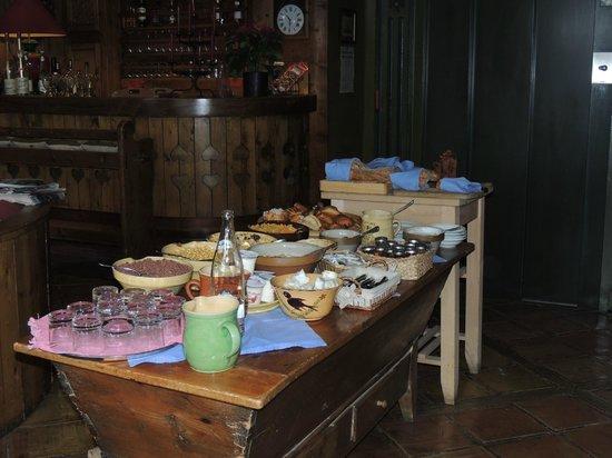 Au Coin du Feu : mesa do café da manhã.