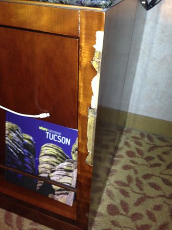 Tucson University Park Hotel: Chipped furniture on the desk