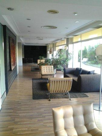 Hotel San Sebastian: Salón con sofás que está junto a la recepción-