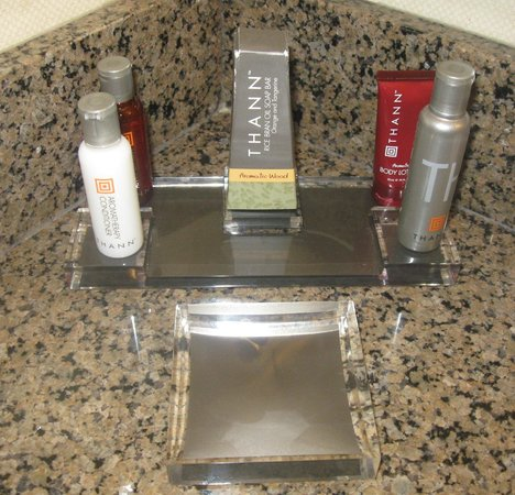 Atlanta Marriott Century Center/Emory Area : An attractive display of Thann bath products.