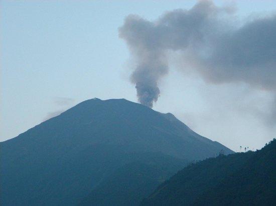 Luna Runtun, Adventure SPA : El volcán Tungurahua con una de sus clásicas fumarolas