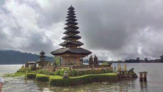 Ulun Danu Bratan Temple: temple on lake