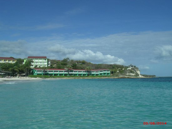 Pineapple Beach Club Antigua: View of Tropical Waterfront rooms from across beach