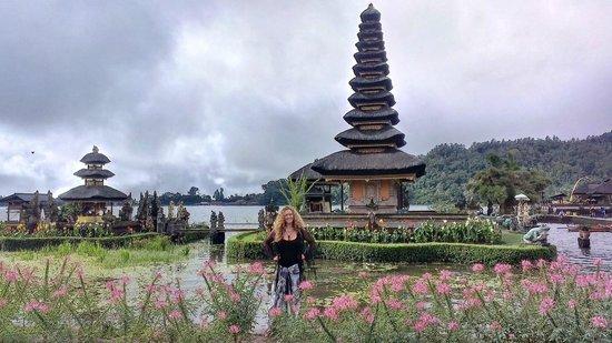 Ulun Danu Bratan Temple: side of temple