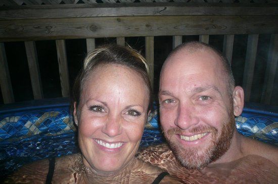 Beauview Cottage Resort: Hot tubbing!