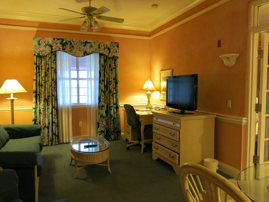 Radisson Resort at the Port: Living room of the king suite - true Floridian charm!