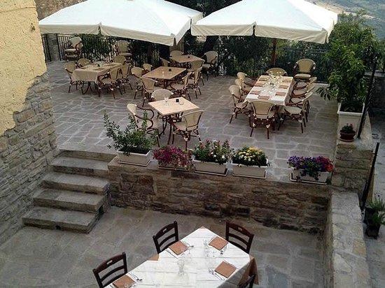 Tavoli all\'esterno - Picture of La Locanda Di Pietra ...