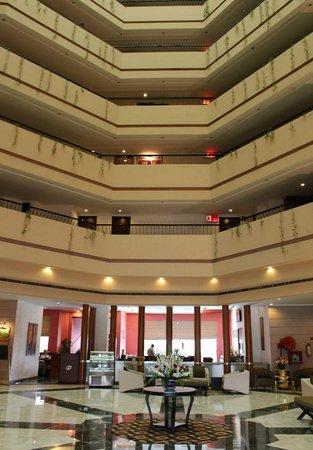 Hotel Hindustan International (HHI) Varanasi: 中央ロビーです。