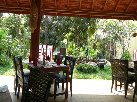 Pavillon d'Orient Boutique-Hotel : the outdoor restaurant and garden