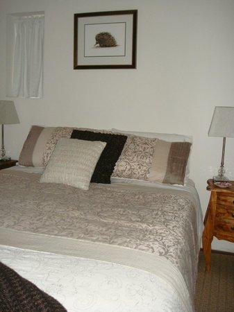 Dunmoylen House: lovely bedroom