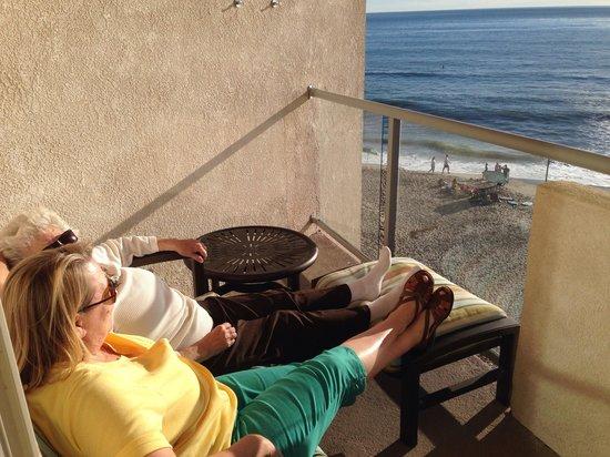 Beach Terrace Inn: Relaxing on the balcony.