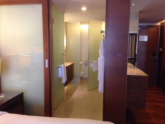 Hyatt Regency Kinabalu: Bathroom layout for city view rooms