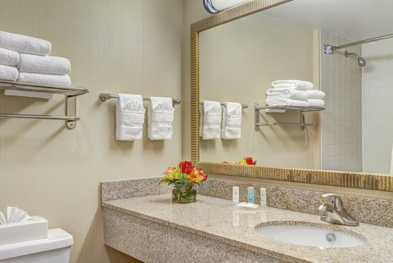 Comfort Inn Alexandria West - Landmark: Our bathrooms are fresh and clean with fluffy linens