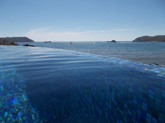 Azul Ixtapa Grand Spa & Convention Center : part of the infinity pool, a salt water pool