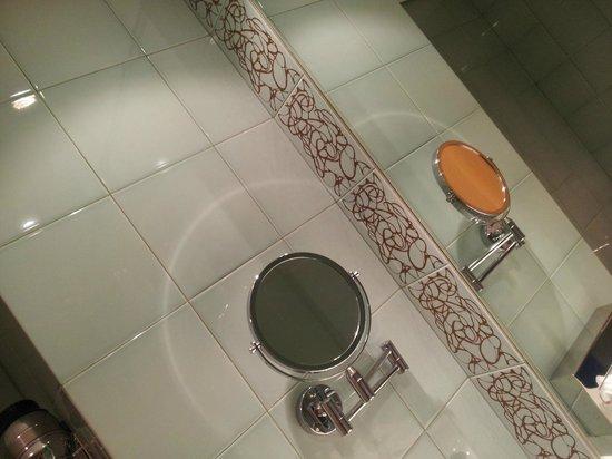 SANA Malhoa Hotel : BANHEIRO FUNCIONAL DO APTO DO HOTEL