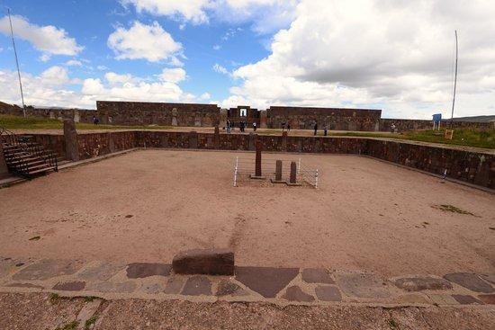 Tiwanaku : 半地下神殿