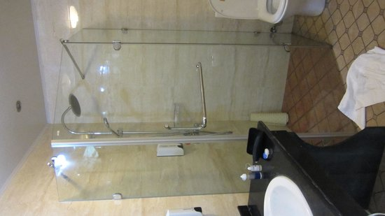 Shanghai Fish Inn Bund : bathroom in deluxe double