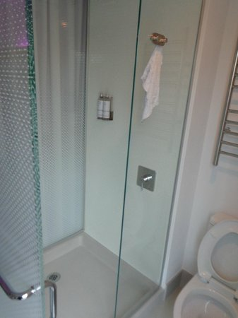 YOTEL New York at Times Square West: Clean shower