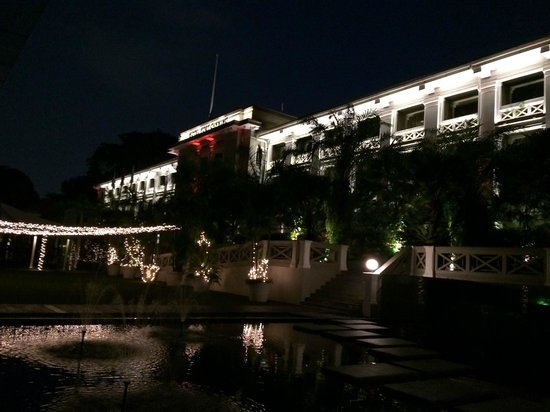 Hotel Fort Canning: 夜はライトアップされて綺麗です。
