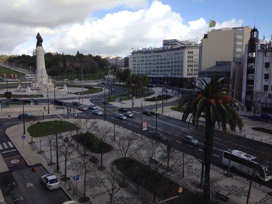 Turim Av Liberdade Hotel : Vista apartamento executivo com varanda.