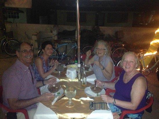restaurant de leo: lucile,cathy,cathyy richard cenando un pescado tikinxic