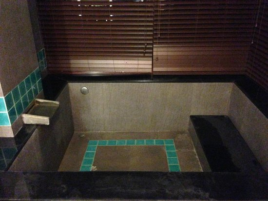 Regalia Resort & SPA Nanjing Tangshan: Nice indoor Hot Tub…enough space for 2………..