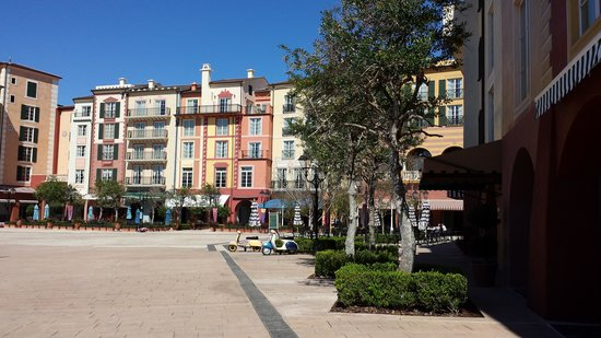 Loews Portofino Bay Hotel at Universal Orlando : View of restaurants and outside seating