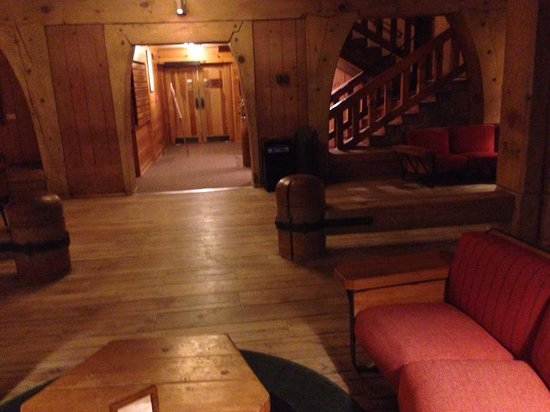 Timberline Lodge: Lodge guest area...wrap around old fireplace with cozy couches, nooks for reading and board game