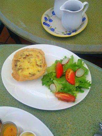 Le Papillion Cafe: Quiche Lorraine with side salad