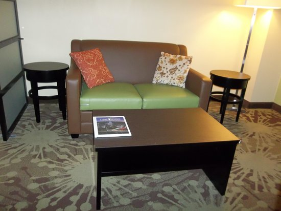 Holiday Inn Morgantown / PA Turnpike: sitting area in room
