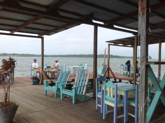 Careening Cay Resort: Big deck over the water with lounge chairs and space to be in shade or in the sun. With a margar