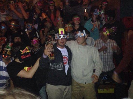 LOKI Cusco: Fiesta de mascaras en el bar