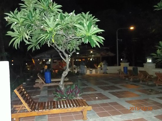 Jayakarta Bali: лежаки на территрии отеля рядом с пляжем