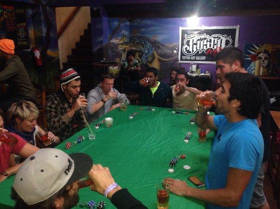 LOKI Cusco: Noche de poker y tatuajes en el bar.
