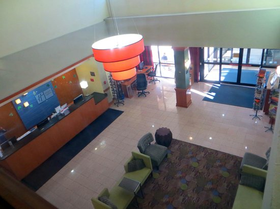 Holiday Inn Express Flagstaff: Lobby from second floor hallway
