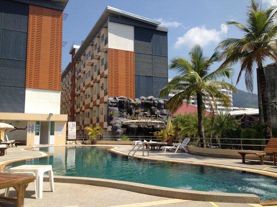 Andatel Grande Patong Phuket Hotel: free-form pool