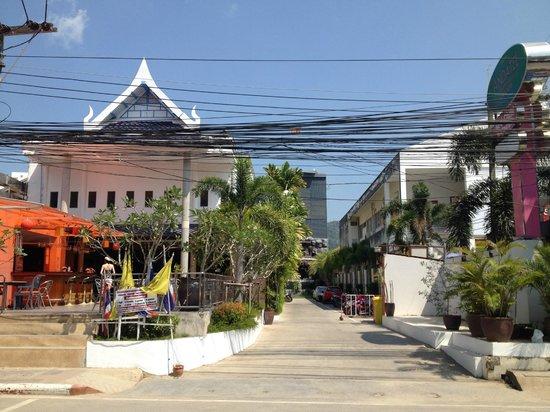 Andatel Grande Patong Phuket Hotel: hotel entrance on Rat-U-Thit....