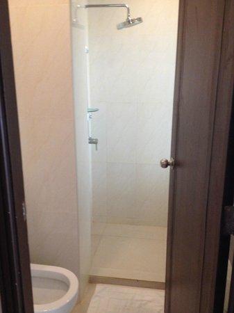 Andatel Grande Patong Phuket Hotel: bathroom