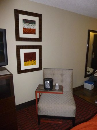 Holiday Inn Express Olive Branch: Chair in Room