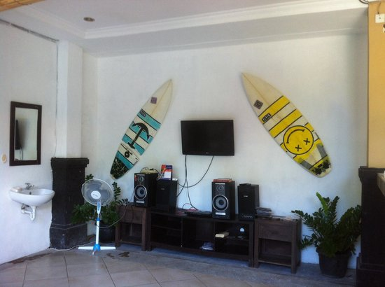 Canggu Surf Hostel: Living room area... The comfy beanbag chairs are just out of sight.