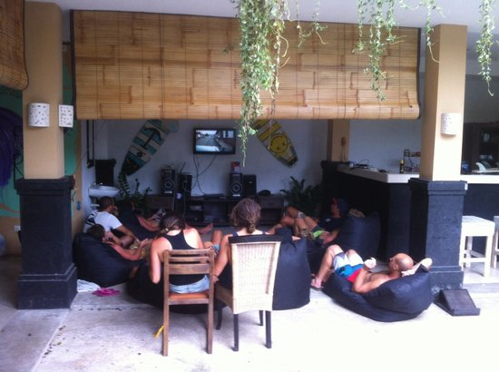Canggu Surf Hostel: No surf and rainy weather, everyone chilling together an watching a surf vid!