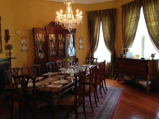 1896 O'Malley House Bed and Breakfast : Formal dining room in which guests are served breakfast