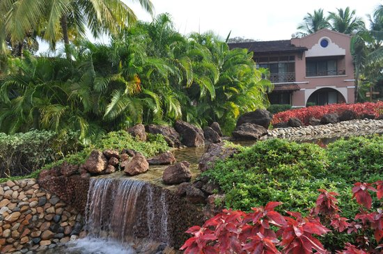 Park Hyatt Goa Resort and Spa: Сад с водопадиками