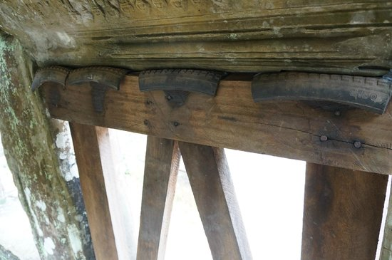 Phimeanakas : The gallery is held up in places by wooden supports padded with pieces of old rubber tires