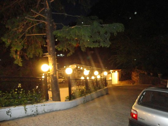 Mussoorie Gateway : Entry to the hotel in night