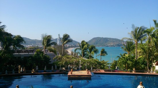 Novotel Phuket Resort: The view of the beach from the top pool